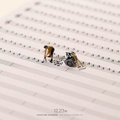 Bigger doesn't always mean better, as Japanese artist Tatsuya Tanaka proves with these tiny dioramas that he makes for his ongoing Miniature Calendar project. Miniature Photography, Art Photography, Miniature Calendar, Inspiration Artistique, Printable Calendar Template, Tiny World, Kids Calendar, Online Calendar, Mini Things