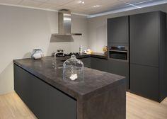 27 Simple Small Kitchen Ideas to Maximize Space [Trick & Tips] - Pandriva Kitchen Backsplash Interior, Granite Kitchen, New Kitchen, Kitchen Decor, Design Kitchen, Kitchen Ideas, Home Bar Counter, Joanna Gaines House, Contemporary Kitchen Design