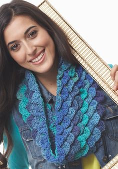 Crocodile stitch on a cowl. Ravelry: Mermaid's Cowl pattern by Bernat Design Studio Crochet Scarves, Crochet Shawl, Crochet Yarn, Crochet Clothes, Crochet Hooks, Free Crochet, Crochet Crocodile Stitch, Stitch Crochet, Crochet Stitches