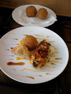 Pollo panato ripieno di lattuga e formaggio , arancino di riso e  samosa  di verdure all'indiana , carota e vino rosso Gino D'Aquino