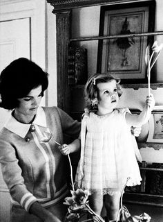 jackie kennedy    Jacqueline Kennedy with daughter Caroline Kennedy, photographed by Eve Arnold, 1960.