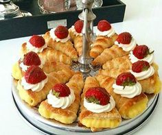 Recipe of puff pastry cream cones. Cut a slice of puff pastry into long strips and wrap them around your cone. Then you can make one from baking paper. Ramadan Desserts, Cute Desserts, No Bake Desserts, Dutch Recipes, Sweet Recipes, Cake Recipes, Cupcakes, Cake Cookies, Rudolph's Bakery
