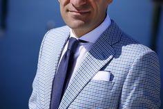 complementos-corbata-azul-topos-pañuelo-blanco-ribeteado-tirantes-azules-00