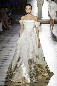 Find tips and tricks, amazing ideas for Tony ward. Discover and try out new things about Tony ward site Tony Ward, Couture Fashion, Runway Fashion, Fashion Show, Live Fashion, Fashion News, Beautiful Evening Gowns, Evening Dresses, White Wedding Gowns