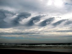 Notice how these clouds look like a giant wave in the sky? These clouds are called Cirrus Kelvin-Helmholtz clouds, and they are one of the most distinctive cloud formations. These clouds often sit at heights above feet – Yikes! Storm Clouds, Sky And Clouds, Cloud Type, Cirrus Cloud, Lenticular Clouds, Giant Waves, No Photoshop, Natural Phenomena, Waves