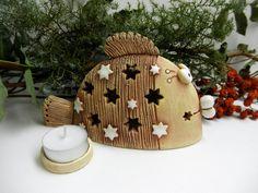 Rybka+-+svícen+na+čajovou+svíčku+Ze+šamotové+hlíny,+vhodné+i+k+venkovní+dekoraci.+Výška+11+cm,+délka+18+cm.+Součástí+je+i+malý+svícínek+na+svíčku+(viz.foto). Handmade Christmas Gifts, Christmas Ornaments, Lantern Candle Holders, Air Dry Clay, Ceramic Clay, Wood Projects, Diy And Crafts, Pottery, Candles
