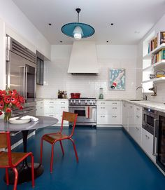 Tour a wonderful and colorful Nashville home , see a fabulous powder room renovation, and much more today on Design Chic. Home Interior, Kitchen Interior, New Kitchen, Kitchen Dining, Kitchen Decor, Interior Design, Kitchen Cabinets, Apartment Kitchen, Design Kitchen