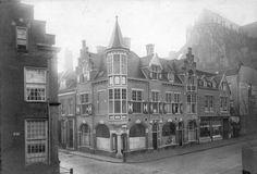 Gezicht op de zuidzijde van de Voetiusstraat te Utrecht; met links het huis op de hoek Pieterskerkhof/ Achter St.-Pieter 14(0) en aan overkant het hoekpand Achter St.-Pieter 17/17Bis. Datering: 1/1/1910-31/12/1920 - Vervaardiger: C.J.L. Vermeulen - Coll. HUA