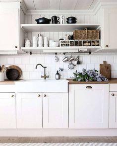 Känner för att göra något nytt med köket men vet inte vad. Så svårt när det är så litet. Denna bild är från @tidningenlantliv  #lantligt #kök #köksinspiration #kjökken