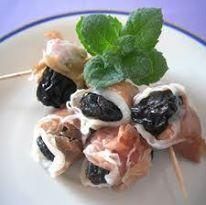 Gli stuzzichini perfetti per un aperitivo tra amici: spiedini di prugne e crudo.  http://blog.giallozafferano.it/terradiviolini/involtini-di-prugne-secche-finger-food-profumato-alla-menta/