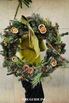 I have been trying to find the best Christmas wreath for my family and now that I have read this post, I know exactly which one I want to get! Christmas Wreaths For Windows, Christmas Decorations For The Home, Diy Christmas, Door Wreaths, Decor Ideas, Deco