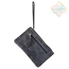 f1754a72310 Lederen tasje. Een klein grijze handtasje met snake print ...