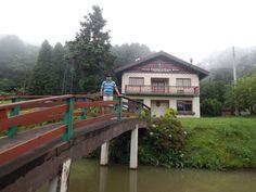 018 - Em Gramado, uma foto na ponte sobre o lago onde fica o Comando Rodoviário da Brigada Militar.