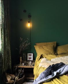 Interior Design For Living Room Green Bedroom Walls, Green Rooms, Bedroom Yellow, Green Walls, Green Sofa, Home Decor Bedroom, Bedroom Ideas, Bedroom Signs, Master Bedroom