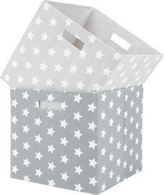 Diese schicke Aufbewahrungsbox im Stern-Design ist ein cooler Blickfang für Ihr Zuhause und bietet Ihnen eine praktische Aufbewahrungsmöglichkeit für viele Wohnbereiche. Die ca. 33 x 33 x 32 cm (B x H x T) große Box aus Karton mit einem Überzug aus Polyester in Grau mit weißen Sternen lässt sich dank der Tragegriffe einfach transportieren und ergänzt optimal Regale, Raumteileroder Kommoden. Sie bietet Ihnen ein Volumen von ca. 35 l und kann bei Nichtgebrauch platzsparend gefaltet werden.