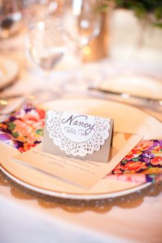 Place cards made of paper doilies add a touch of whimsical for your high tea gathering. Diy Wedding, Wedding Events, Wedding Day, Wedding Notes, Wedding Summer, Rustic Wedding, Wedding Place Settings, Creation Deco, Wedding Decorations