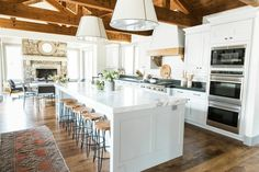 Stuning Farmhouse Kitchen Design Ideas And Remodel To Inspire Your Kitchen Modern Farmhouse Decor, Modern Farmhouse Kitchens, Home Kitchens, Farmhouse Kitchen Island, Country Kitchen, Big Kitchen, Kitchen Design, Country House Plans, Kitchen Remodel