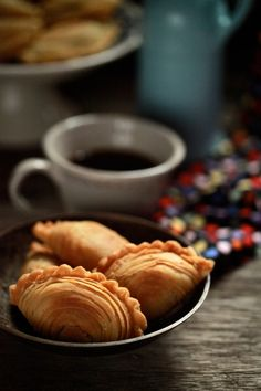 masam manis: Karipap Pusing Savory Pastry, Afternoon Delight, Tart Recipes, Empanadas, Curry, Appetizers, Pie, Sweets, Snacks