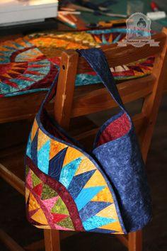 Női táska New York Beauty mintával Patchwork Designs, Patchwork Bags, Quilted Bag, Sacs Design, Origami Bag, New York Beauty, Embroidered Bag, Coin Bag, Bag Patterns To Sew
