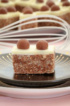 My no-bake chocolate Malteser Slice takes only 10 minutes to prepare. and tastes AMAZING! This is one of my most popular slice recipes ever! Baking Recipes, Cookie Recipes, Easy Recipes, Slimming Recipes, Sweet Recipes, Malteser Slice, Chocolate Filling, Chocolate Slice, Lunch Box Recipes