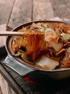 Braised Glass Noodles with Pork & Napa Cabbage – Gesundes Abendessen, Vegetarische Rezepte, Vegane Desserts, Napa Cabbage Recipes, Pork Recipes, Asian Recipes, Cooking Recipes, Healthy Recipes, Ethnic Recipes, Cooking Tips, Ono Kine Recipes, Indonesian Recipes