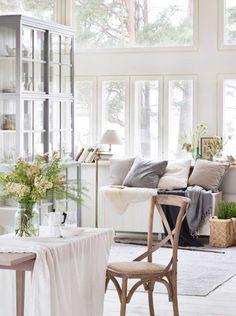 Tonga-tuoli, Boknäs Scandic -vitriini ja arkku. Decorating Your Home, Interior Decorating, Interior Design, Home Living Room, Living Spaces, Cosy Interior, Scandi Style, White Houses, Minimalist Decor