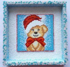 Houten schilderij Pixelhobby Kerstbeertje 20 x 20 x 2,5 cm bewerkt met Foam/Pearl Clay. Je kunt hem neerzetten of ophangen.