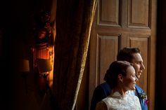 Schöne Fotos vom Hochzeitspaar sind drinnen oder draußen möglich, egal zu welcher Jahreszeit. #winterhochzeit #hochzeitspaar #braut #brautkleid #hochzeitskleid #hochzeitsfotos #hochzeitsfotograf #schlosshochzeit