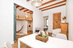 in Barcelona, ES. HUTB-008521 Nuestro hermoso piso es perfecto para darte la bienvenida a Barcelona.  Situado a 5 min. a pie de las mejores playas de Barcelona y a 15 del centro.  Luminoso, acogedor, tranquilo y singular. Apartamento registrado en Turisme de Catalu...