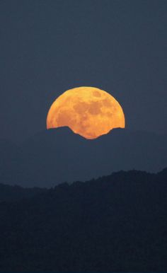 The supermoon rises over a mountain range in Naypyitaw, Burma (November 14, 2016) • photo: Aung Shine Oo / AP