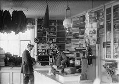 Handelsbod. På hyllorna ligger tyger. Under slutet av 1800-talet blev det allt vanligare att man kunde köpa fabrikstillverkade kläder i handelsboden. Dalarna, Lima socken, 1915. Fotograf: George Renström