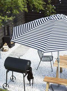 KARWEI | Met een flinke parasol creëer je schaduw in elke plek van de tuin.
