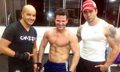 Eduardo Costa sensualiza na internet junto com seus treinadores