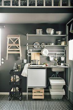 Klein wonen in een studio: deze keuken past altijd | IKEA IKEAnl IKEAnederland interieur wooninterieur inspiratie wooninspiratie woonkamer kamer leven studio studenten multifunctioneel wonen millenials SUNNERSTA keuken kitchenette RÅSKOG roltafel
