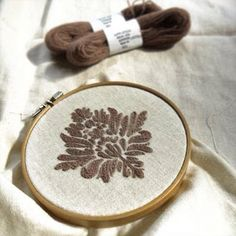 毛糸で。昔、家にあったソファーのようなアンティーク調な刺繍を。#embroidery #刺繍