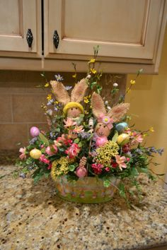 Easter is right around the corner. Get some inspiration with these egg-ceptionally delightful Easter basket ideas. Easter Flower Arrangements, Easter Flowers, Easter Table, Easter Decor, Easter Centerpiece, Easter Food, Diy Ostern, Easter Projects, Easter Parade