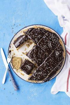 Όλα τα αρώματα σε αυτή τη φανουρόπιτα με ελαιόλαδο και επικάλυψη γκανάς από σοκολάτα και ταχίνι παντρεύονται τόσο ωραία που θα ενθουσιαστείτε! #φανουρόπιτα #συνταγή #νηστίσιμο #κέικ #ελαιόλαδο #γκανάς #σοκολάτα #ταχίνι #γλυκό #αφράτη Olive Oil Cake, Moist Cakes, Tahini, Tiramisu, Waffles, Yummy Food, Cookies, Breakfast, Ethnic Recipes