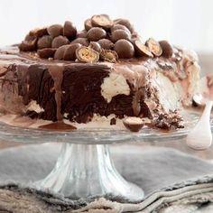 Sjokolade-en-karamelneute-roomyskoek Delicious Cake Recipes, Sweet Recipes, Dessert Recipes, Fun Recipes, Tart Recipes, Yummy Cakes, No Bake Treats, Yummy Treats, Sweet Treats