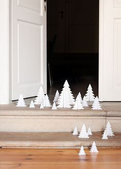 if you have a busy december , it is very possible you haven't made your christmas decoration yet. just for those of us is a cute idea that we used in soffa magazine - decoration with paper christmas t