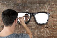 Snygg spegel, Solglasögon-Spegel! Stora bågar att ha på väggen.