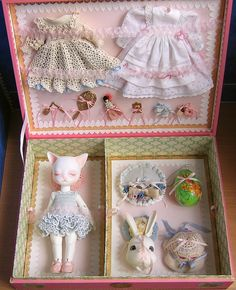 An antique-style presentation box - with explanations - TOYS, DOLLS AND PLAYTHINGS
