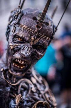 #интересное Реалистичный косплей зомби-короля (15 фото) Нет ничего проще, чем нарядиться на карнавал зомби. Рваная одежда, кровяные подтеки, синяки под глазами и гнилые зубы. Готово. Однако этот костюм зомби-короля — настоящее произведение искусства. Такой к�