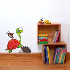 Le sticker mural Tortue met de la bonne humeur dans votre intérieur ! Positionner tortue, hérisson et coccinelle comme vous voulez pour une déco personnalisée. Ladybug House, Bubble Fish, Deco Stickers, Little Fish, Cubbies, Bedroom Wall, Decoration, Wall Murals, Illustration