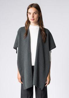 Softer Strickponcho mit Rundhals-Ausschnitt in moderner Umsetzung. Der Style lässt sich sowohl über Shirts als auch beispielsweise über einer Lederjacke toll kombinieren. Er begeistert als toller Überwurf mit wärmenden Eigenschaften. Der Poncho ist in einer angenehm weichen Variante mit Schurwolle gefertigt. Aus 80% Schurwolle und 20% Polyamid....