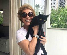 Arlete Salles abraçando a gatinha de estimação Pretinha (Foto: Arquivo pessoal)