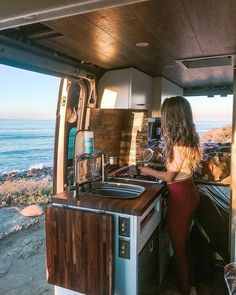 Cooking in the van is my favorite thing (especially when the kitchen comes with a view)! 😉🌊 What are your favorite dishes & tricks for life… life travel adventure life travel bucket lists life travel hippie life travel ideas life travel trips Zelt Camping, Van Camping, Truck Camping, Sprinter Camper, Benz Sprinter, Van Kitchen, Kitchen Dishes, Camper Van Life, Kombi Home