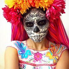 Y esta calavera del día de los muertos.   26 Maquillajes que te darán toda la inspiración necesaria para Halloween
