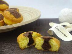 I muffin con la goccia sono delicate e soffici tortine con al centro una goccia di impasto al cioccolato: una ricetta semplice per una colazione golosa!