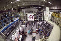 Tras más de dos décadas estudiando la antimateria en el Laboratorio Europeo de Física de Partículas (CERN, en la frontera franco suiza), los científicos del experimento ALPHA han logrado la primera medida del espectro óptico de un átomo de antihidrógeno.