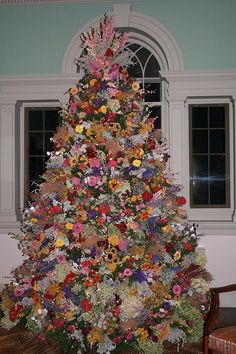 Christmas Tree Decor: Completely covered with dried flowers. Unique Christmas Trees, Noel Christmas, Xmas Tree, Beautiful Christmas, Christmas Tree Decorations, Holiday Decor, Christmas Ideas, Dried Flower Arrangements, Dried Flowers